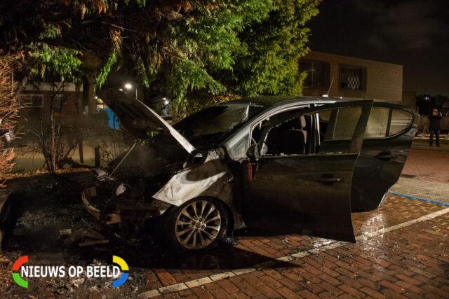 De auto heeft forse schade opgelopen door de brand