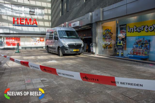 De politie doet onderzoek en heeft een plaats delict gemaakt om de winkel