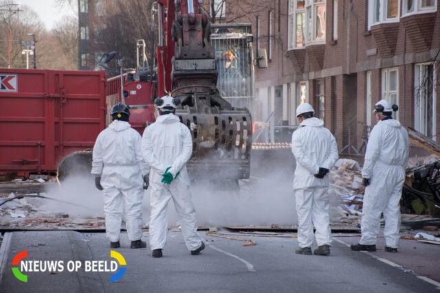 Het puin wordt zorgvuldig onder het toezien van de politie geruimd