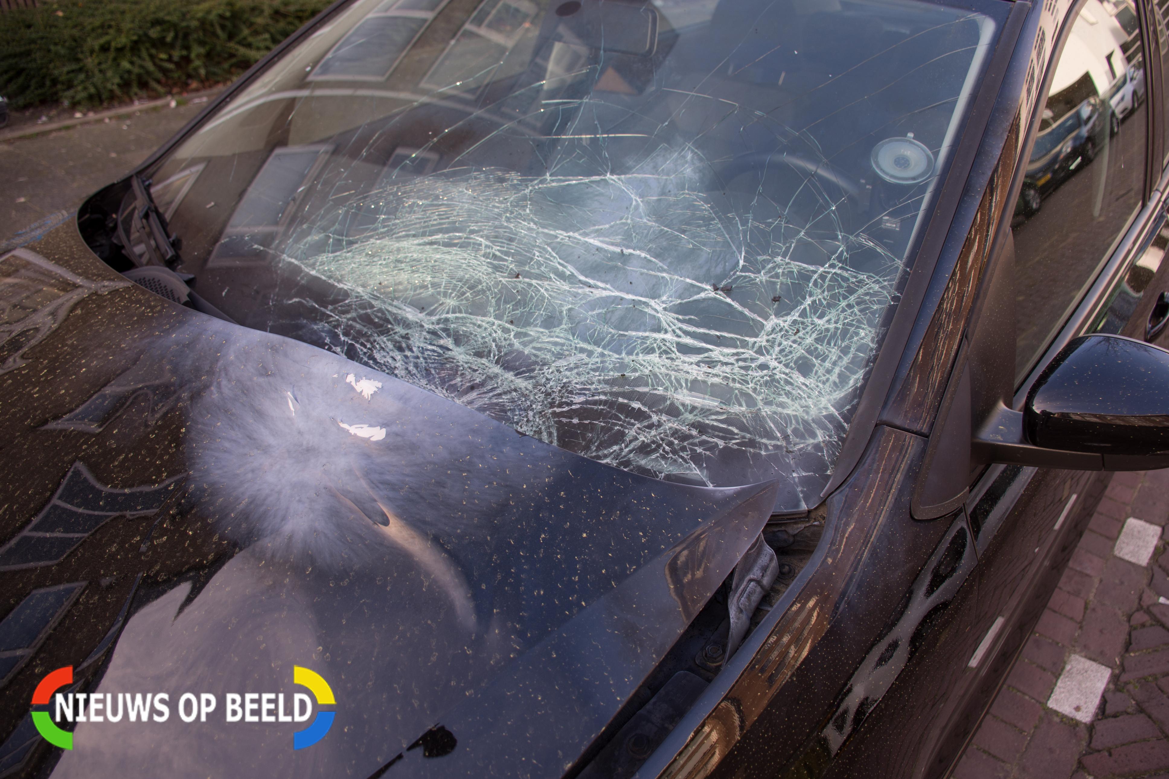 Auto vernield door vuurwerkbom