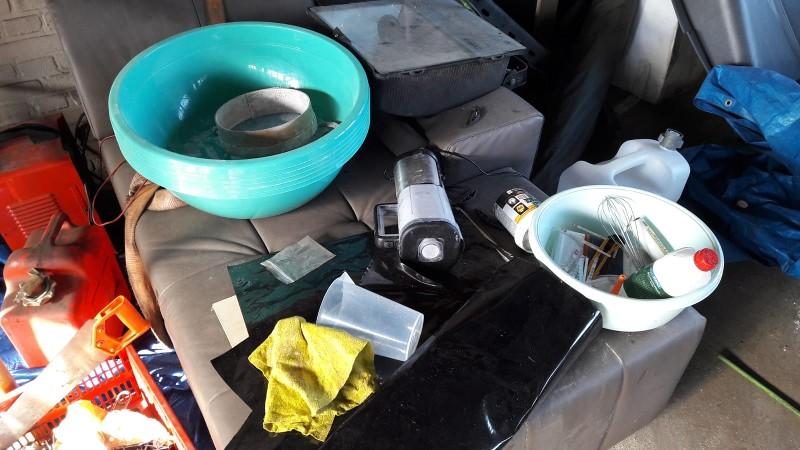 Drugs, gestolen goederen en restanten drugslab in garagebedrijf