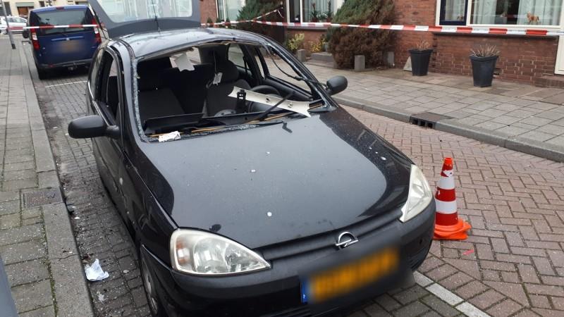 Auto zwaar beschadigd na explosie, politie zoekt getuigen