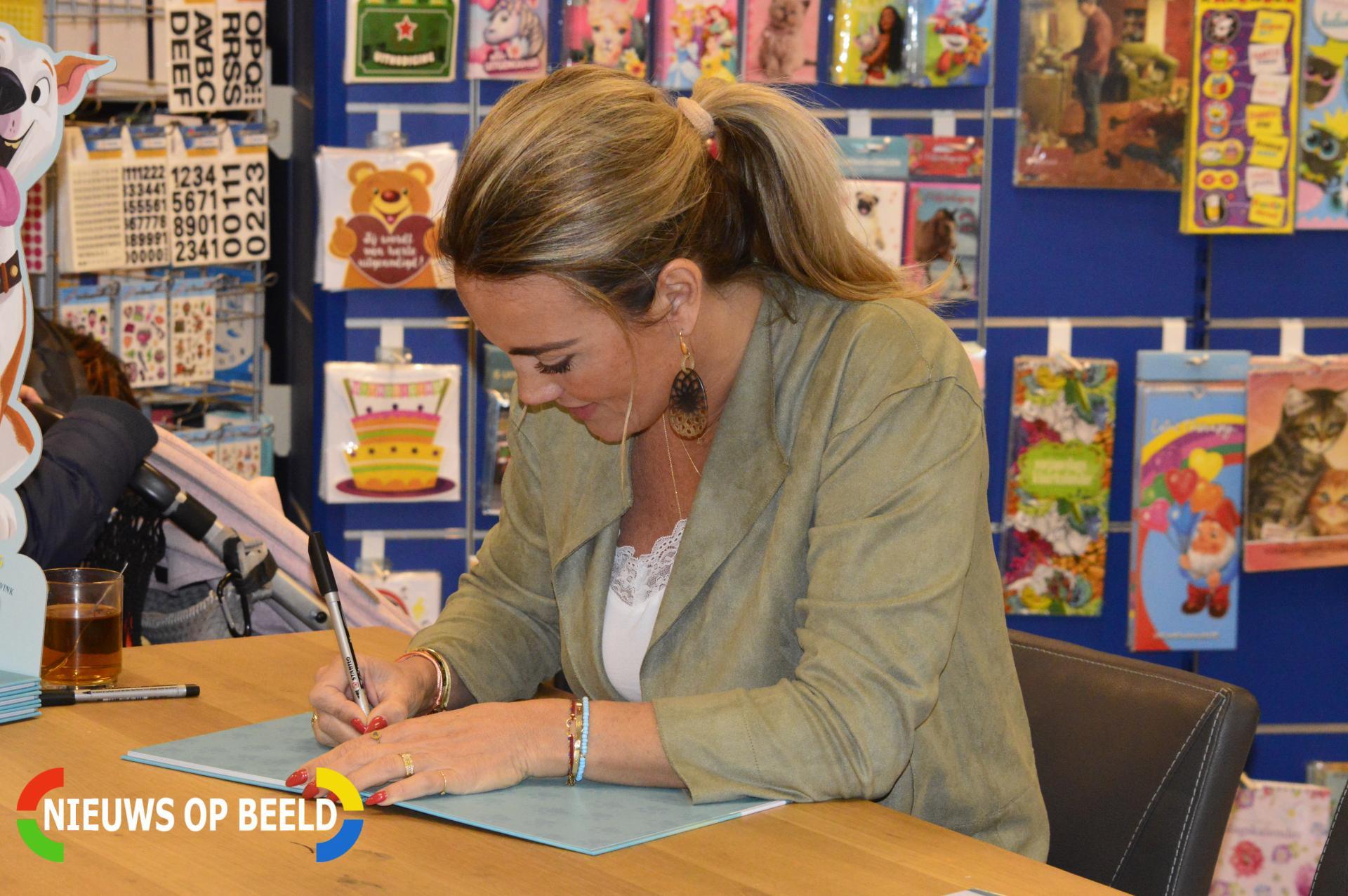 Monique Westenberg signeert boek 'Dunya een hemels hondenleven' Herenstraat Berkel en Rodenrijs