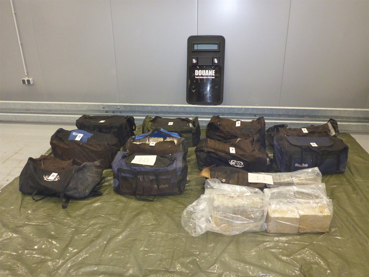 16 sporttassen vol met cocaïne aangetroffen in Rotterdamse haven
