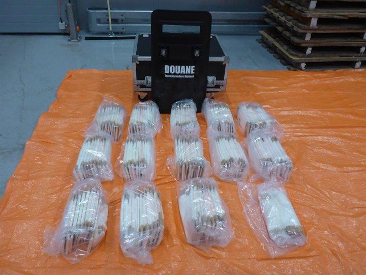 Douane onderschept 66 kilo cocaïne tussen ananassen in Waalhaven Rotterdam