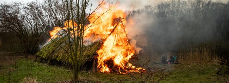 Steentijdhuis gaat in vlammen op