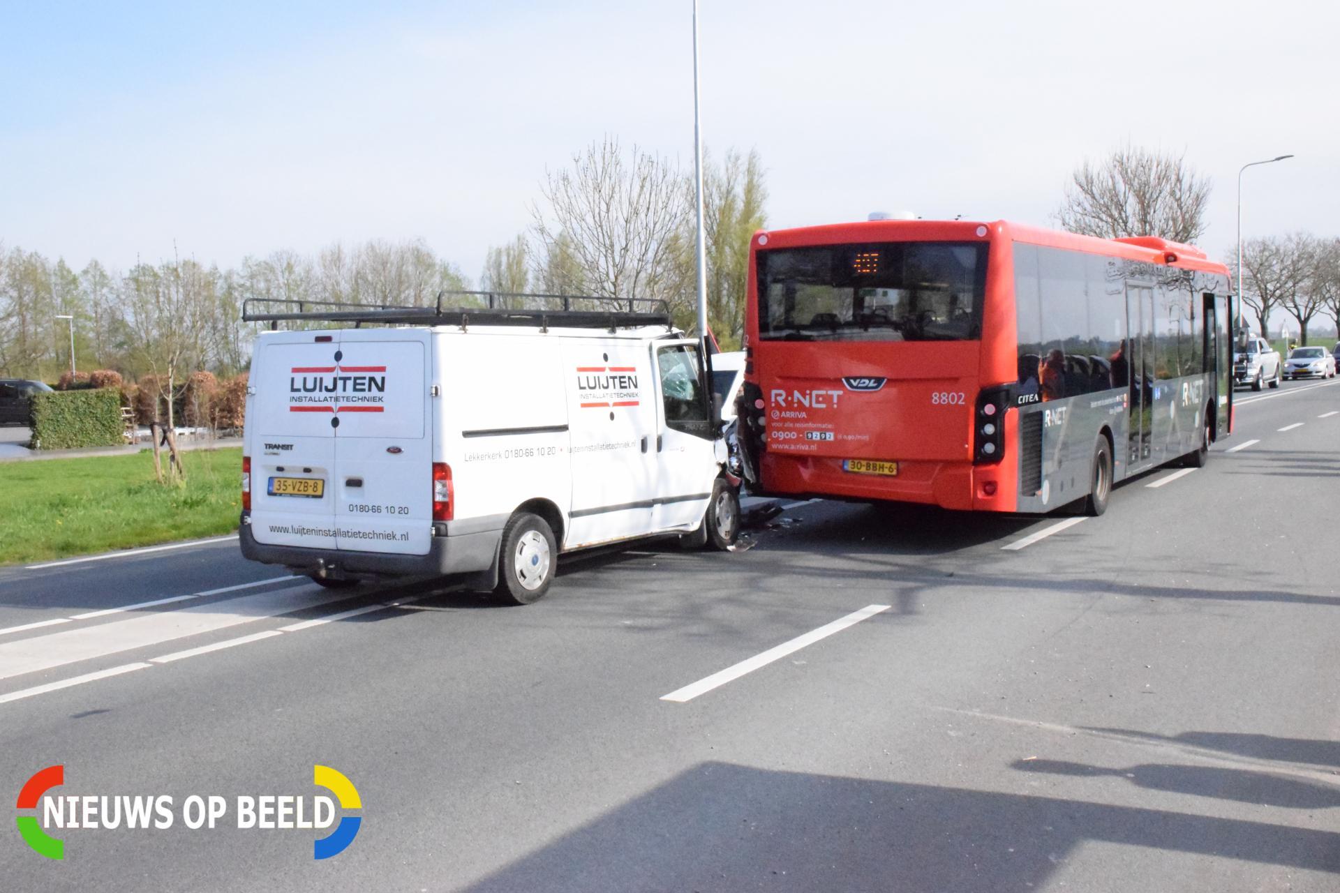 Bestelbus klapt achter op stilstaande lijnbus Schoonhovenseweg – N207 Stolwijk