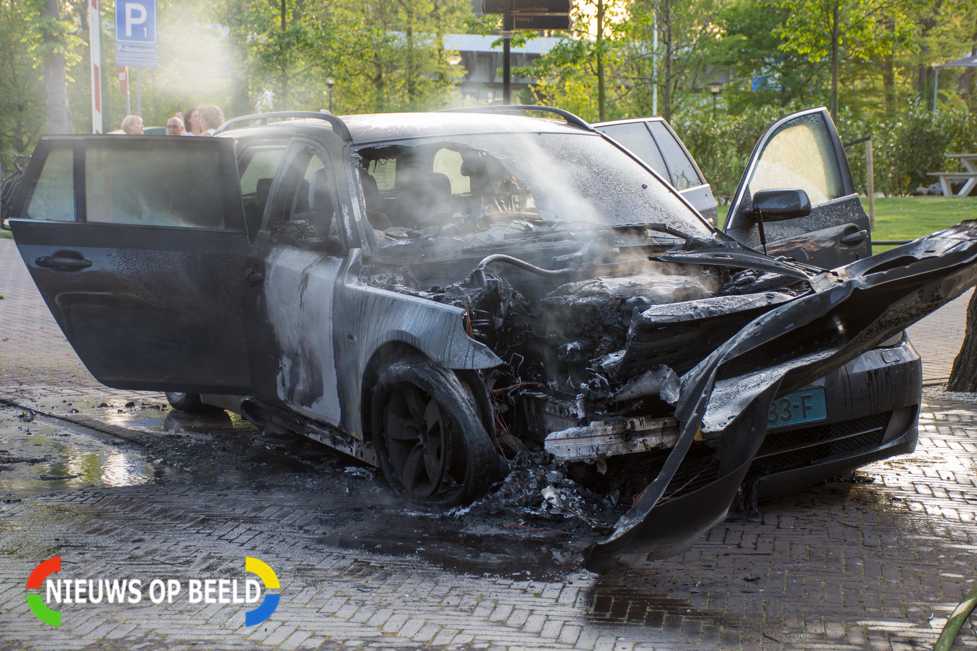 Taxi in brand voor hotel