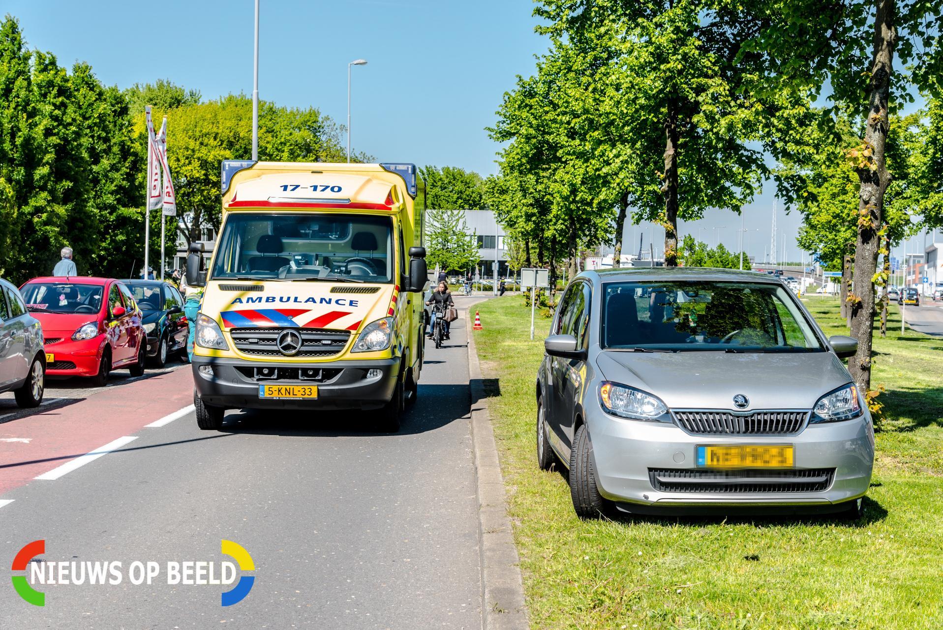 Motorrijdster botst op geparkeerde auto na uitwijkmanoeuvre Nieuwe langeweg Hoogvliet