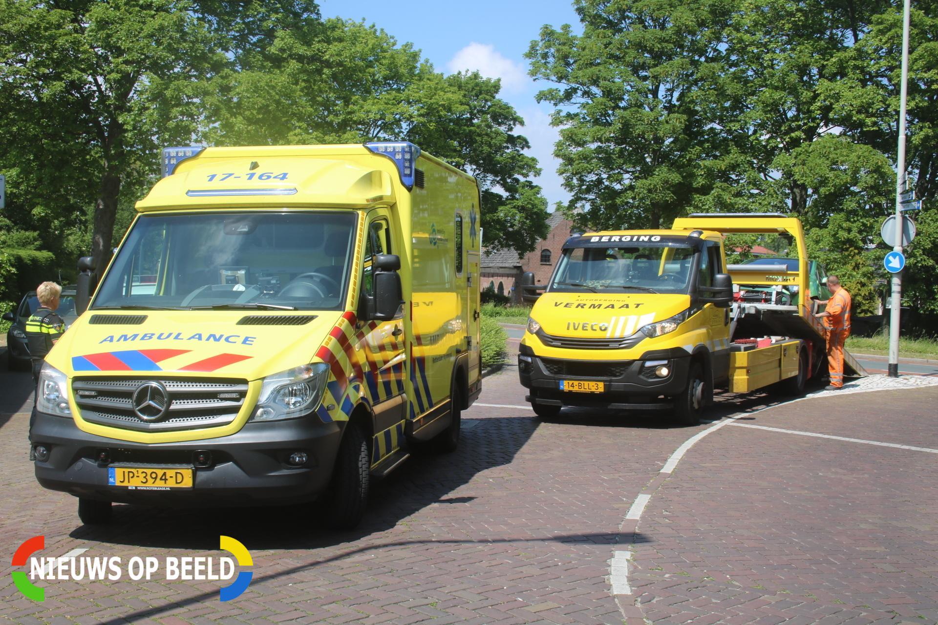 Automobilist knalt met auto hard tegen paal Stationsweg Zuidland