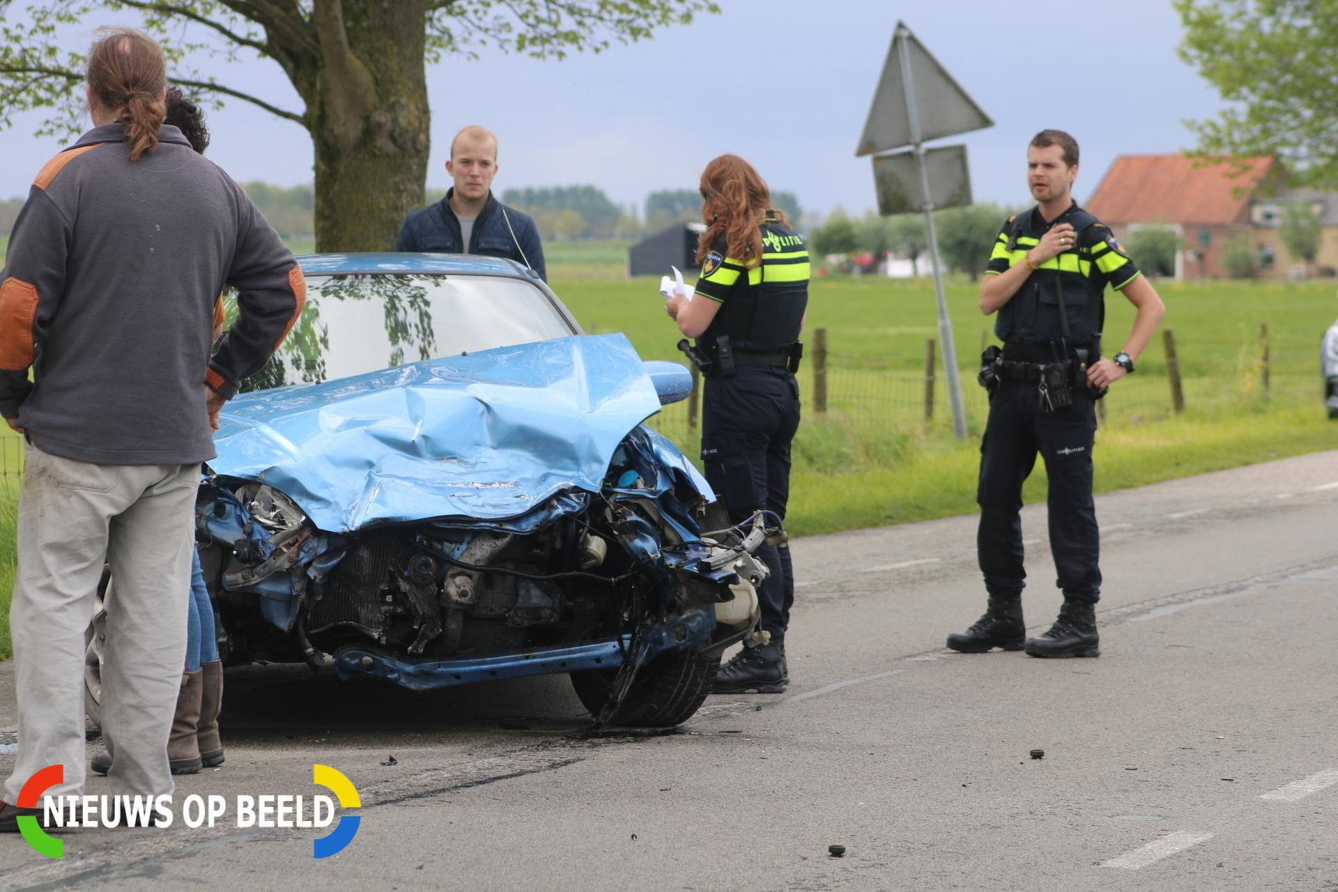 Twee auto's flink in elkaar na frontale aanrijding Oudelandsedijk Abbenbroek