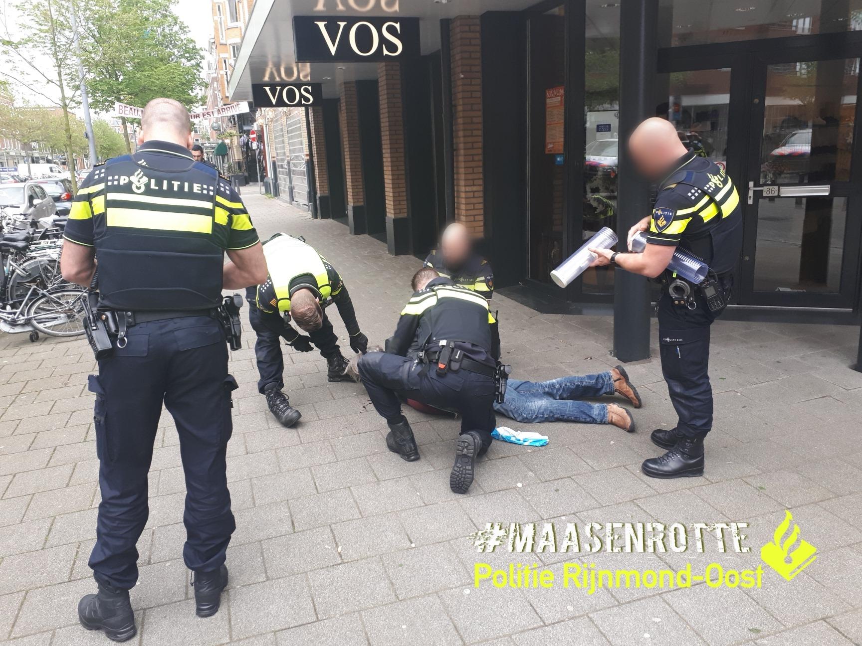 Politieagenten halen zeer beschonken man met mes van straat na bedreiging in Rotterdam