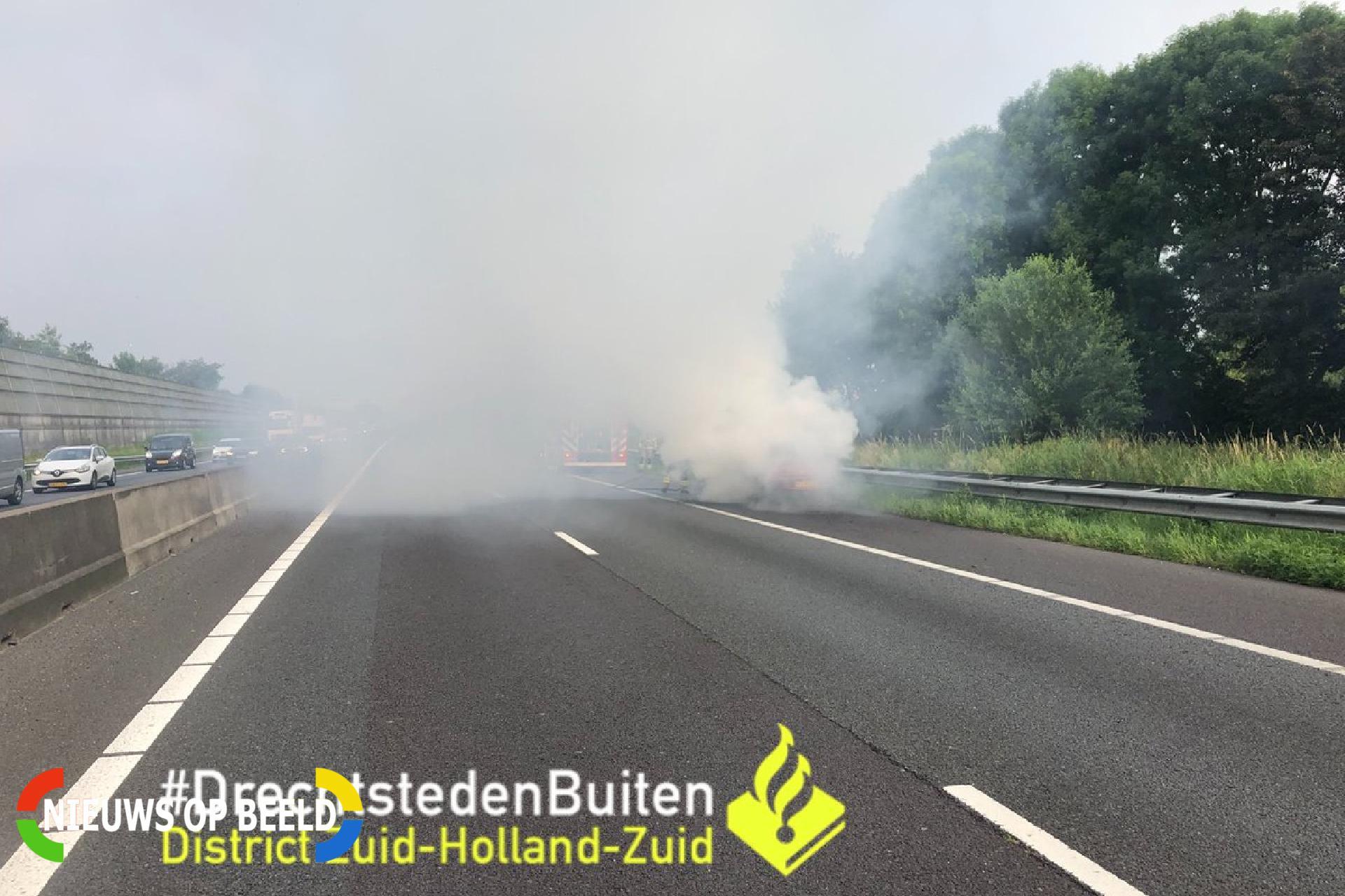 Auto verwoest door brand op snelweg Rijksweg A15 Sliedrecht