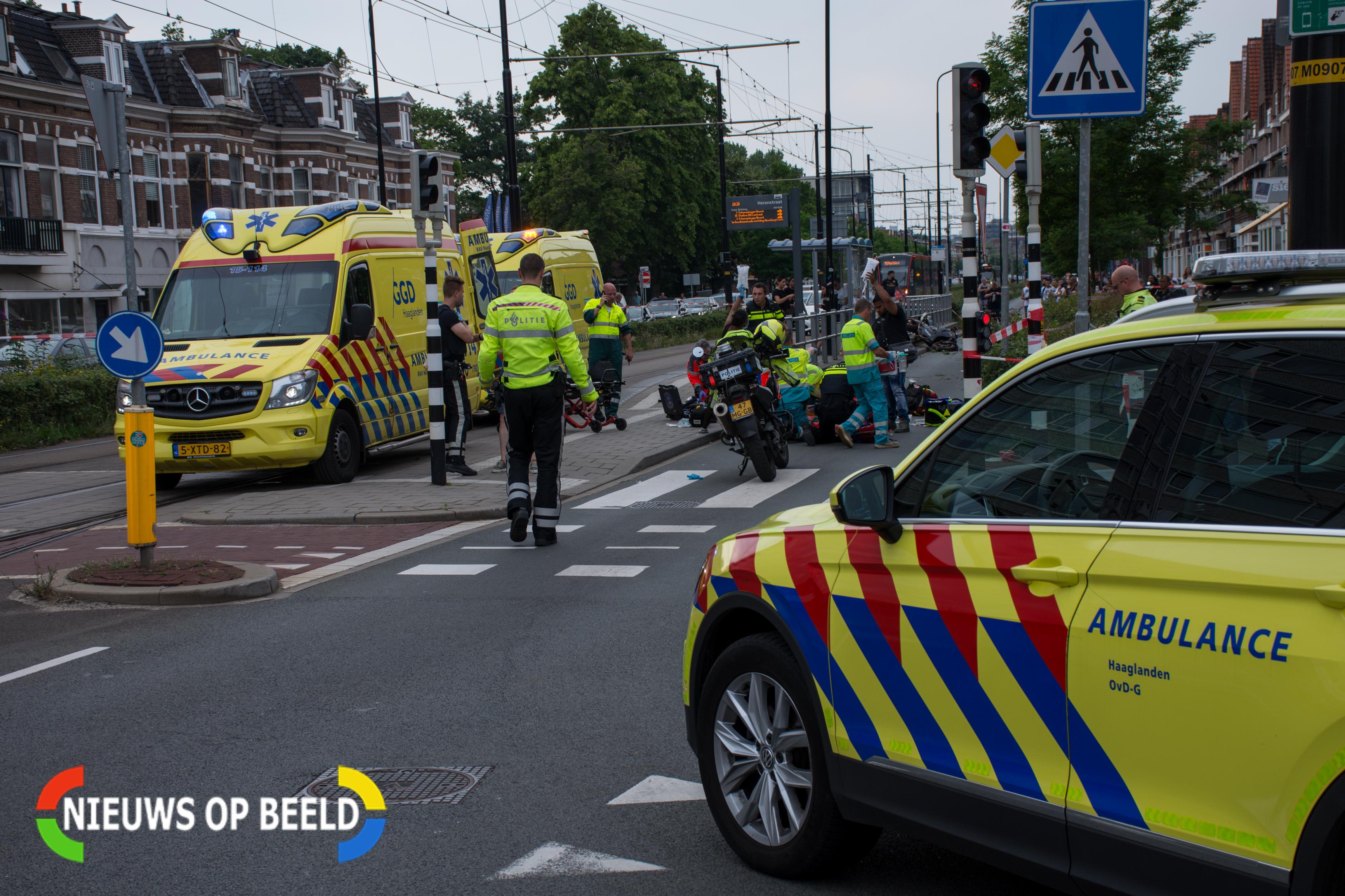 Twee zwaargewonden na aanrijding motor en voetganger in Rijswijk