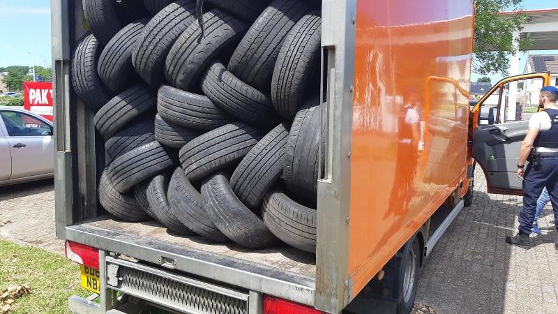 18 vreemdelingen aangetroffen in kleine vrachtwagen met autobanden Hoek van Holland
