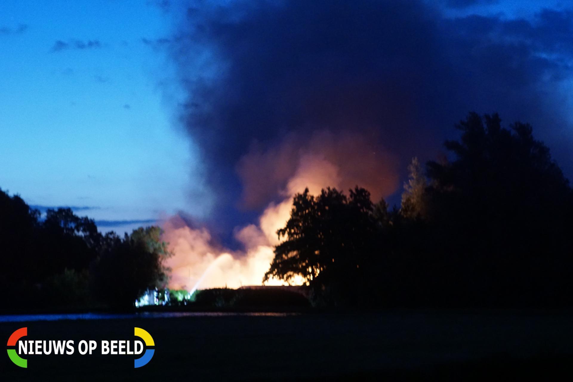 Grote brand hobbyloods op moestuin complex Winterdijk Waddinxveen