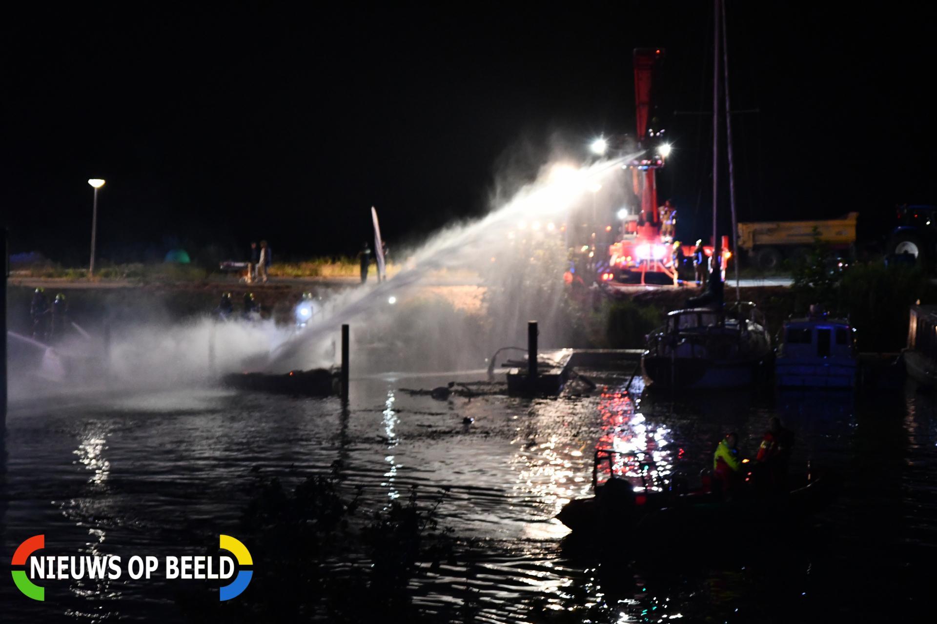 Vier boten verwoest door brand Veerweg Hellevoetsluis