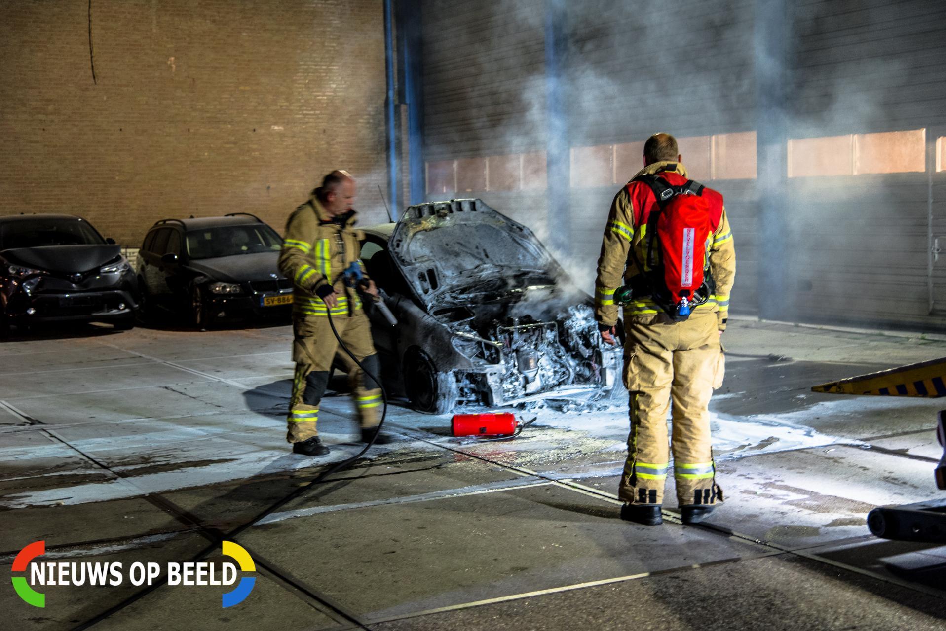 Auto vliegt in brand op terrein bergingsbedrijf Ambachtsweg Rhoon