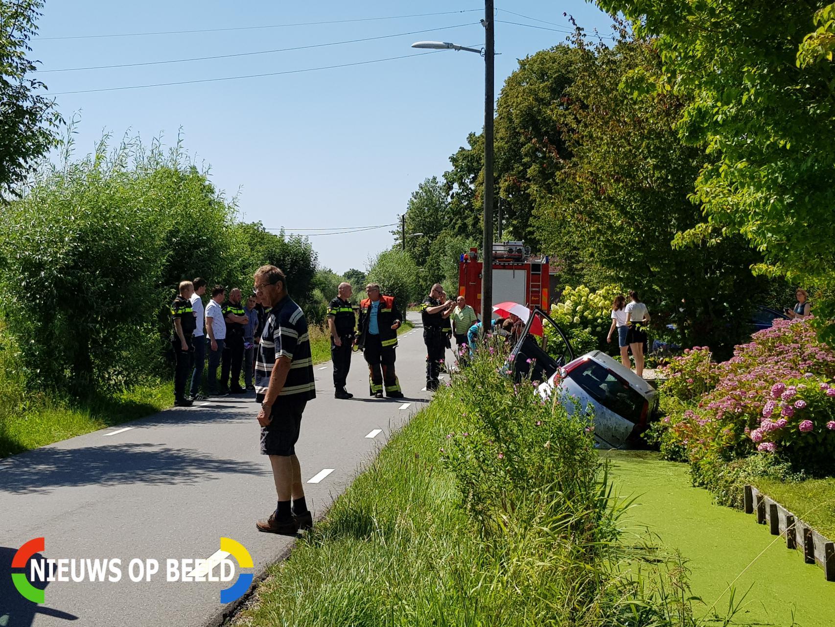 Auto slingert over de weg en belandt in sloot Benedenkerkseweg Stolwijk