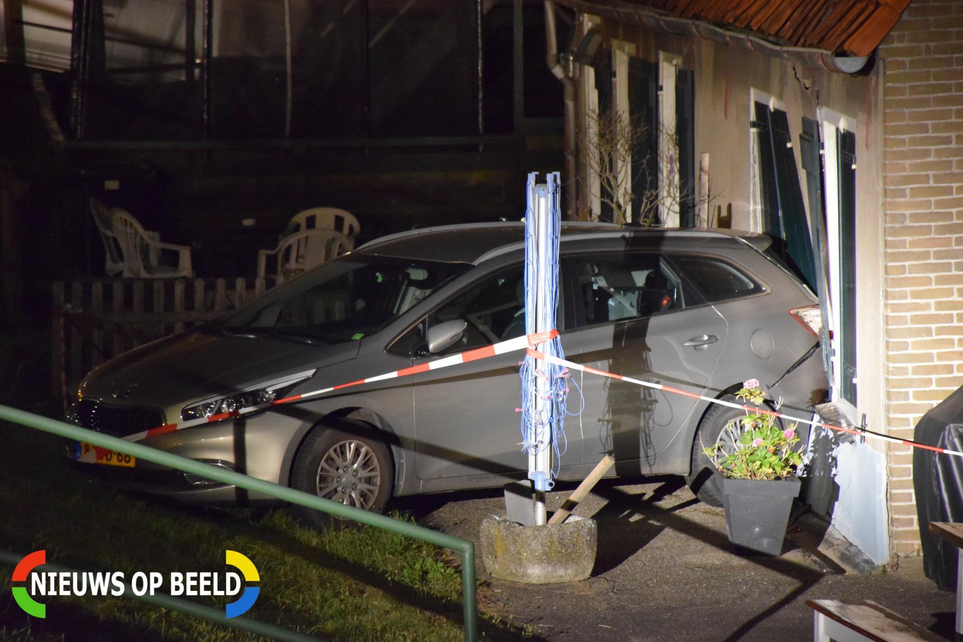 Geparkeerde auto ramt gevel na botsing Molendijk Krimpen aan de Lek