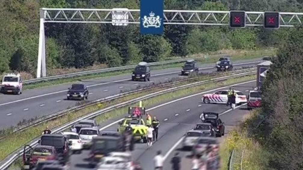 Illegaal overlijdt na sprong of val uit Poolse vrachtwagen A29