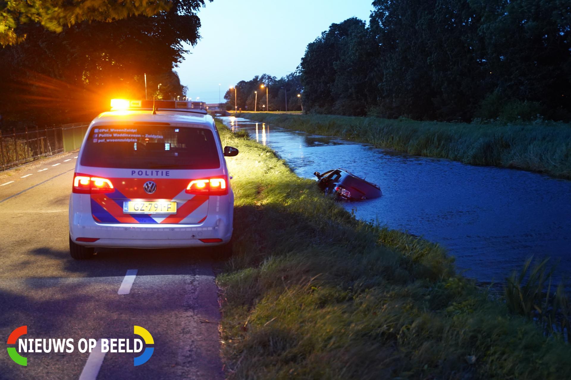 Auto raakt van de weg en belandt in sloot Noordeinde Zevenhuizen