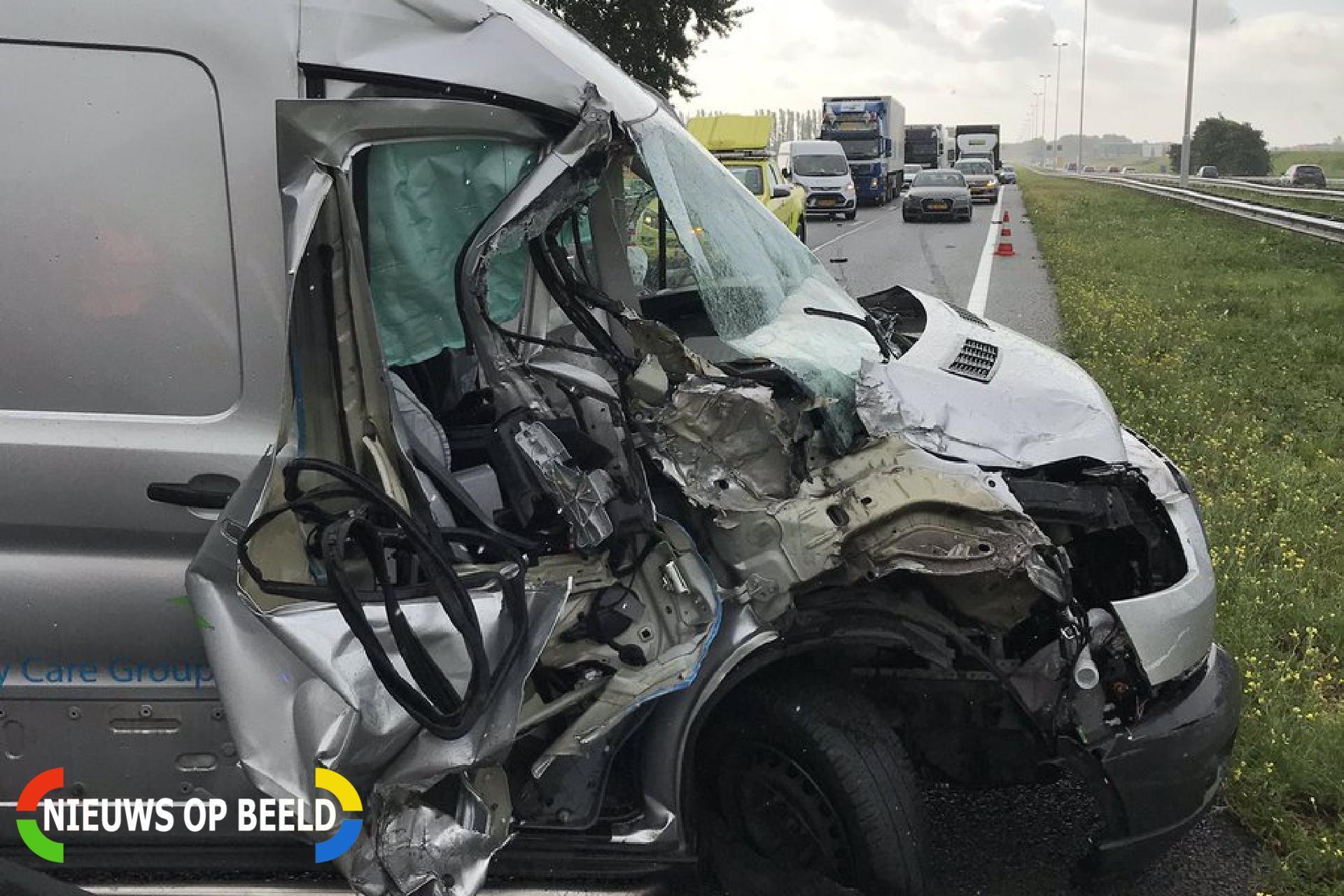 Bestelbus en vrachtwagen botsen op snelweg Rijksweg A20 Maasland
