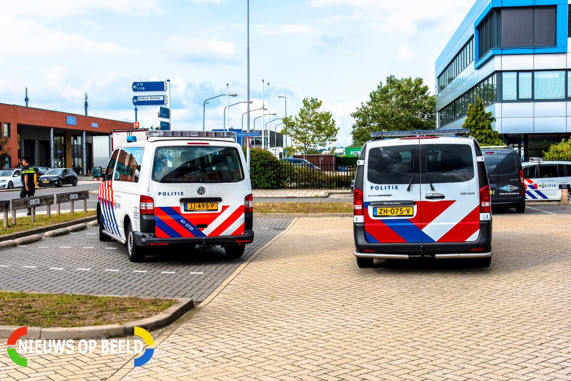 Agenten in kogelwerende vesten doen onderzoek na inbraakalarm Mandenmakerstraat Hoogvliet
