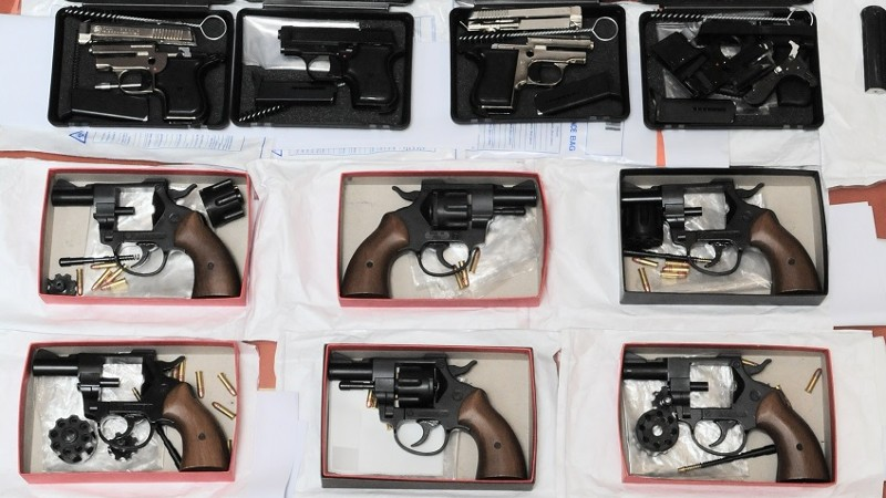 Vrouw aangehouden na vondst van twaalf wapens Rotterdam