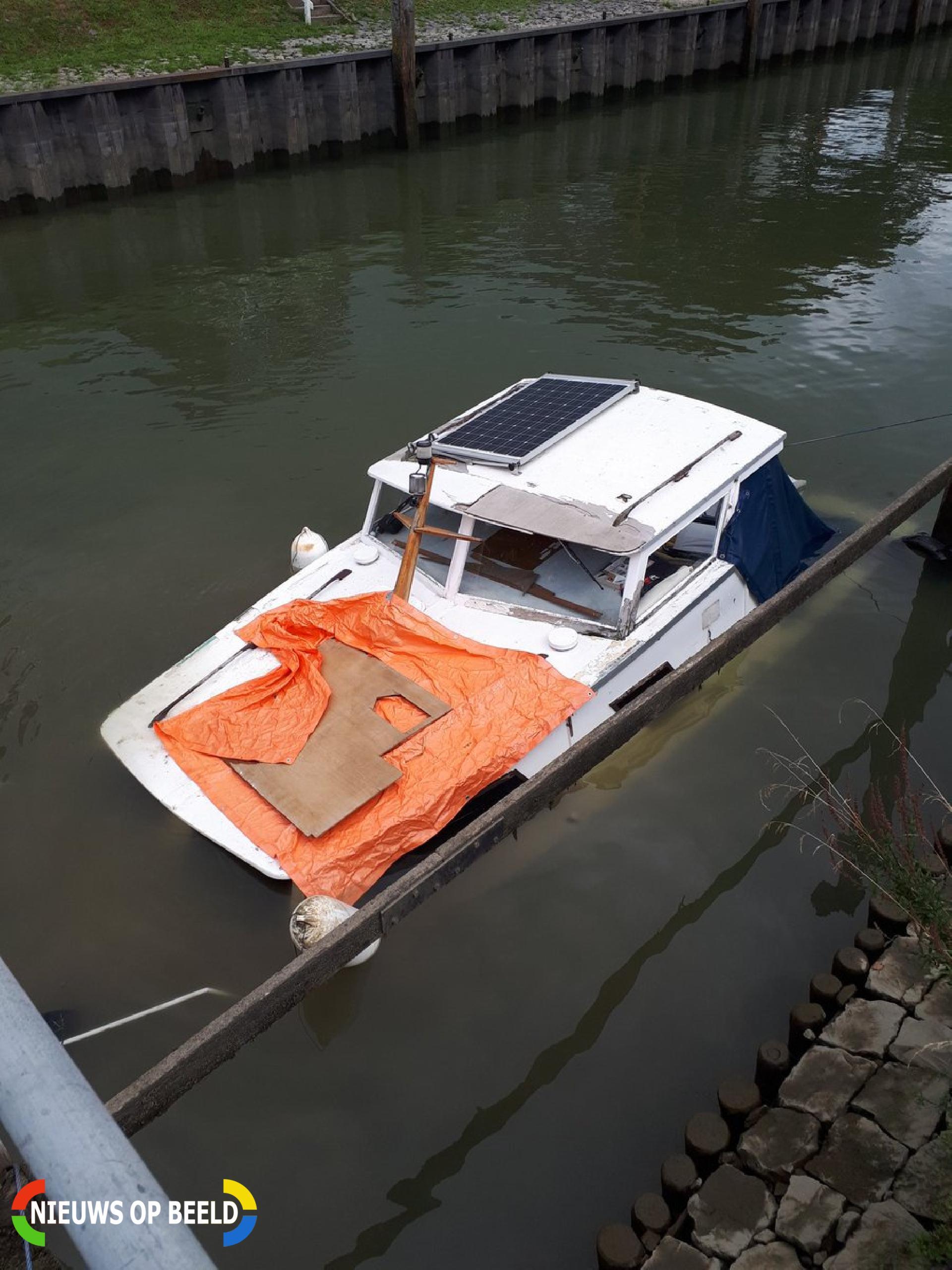 Plezierjacht zinkt in haventje Buiten de Veerpoort Schoonhoven