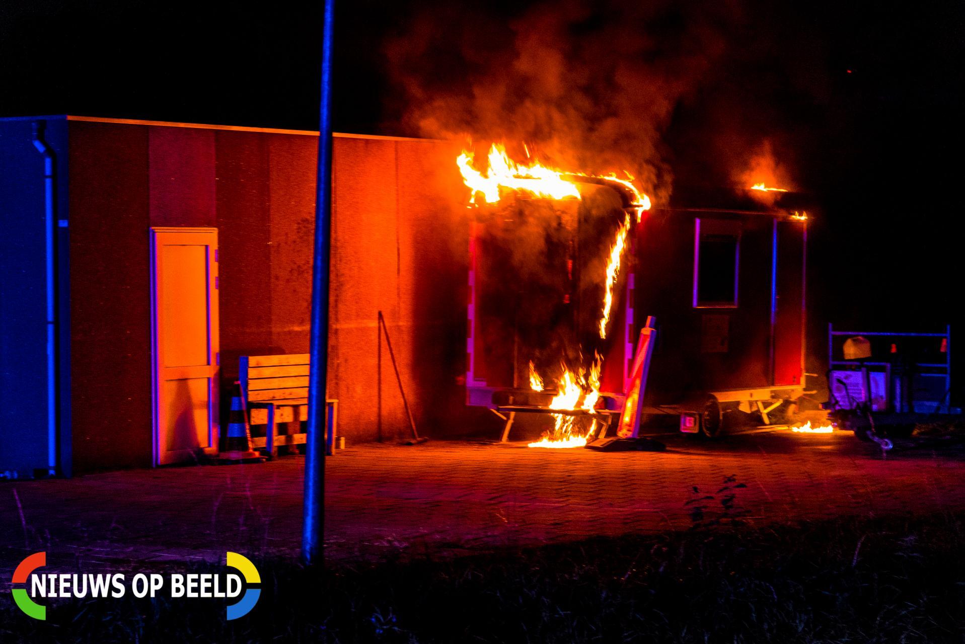 Bouwkeet bij oud schoolgebouw vliegt in brand Zwaardijk Poortugaal