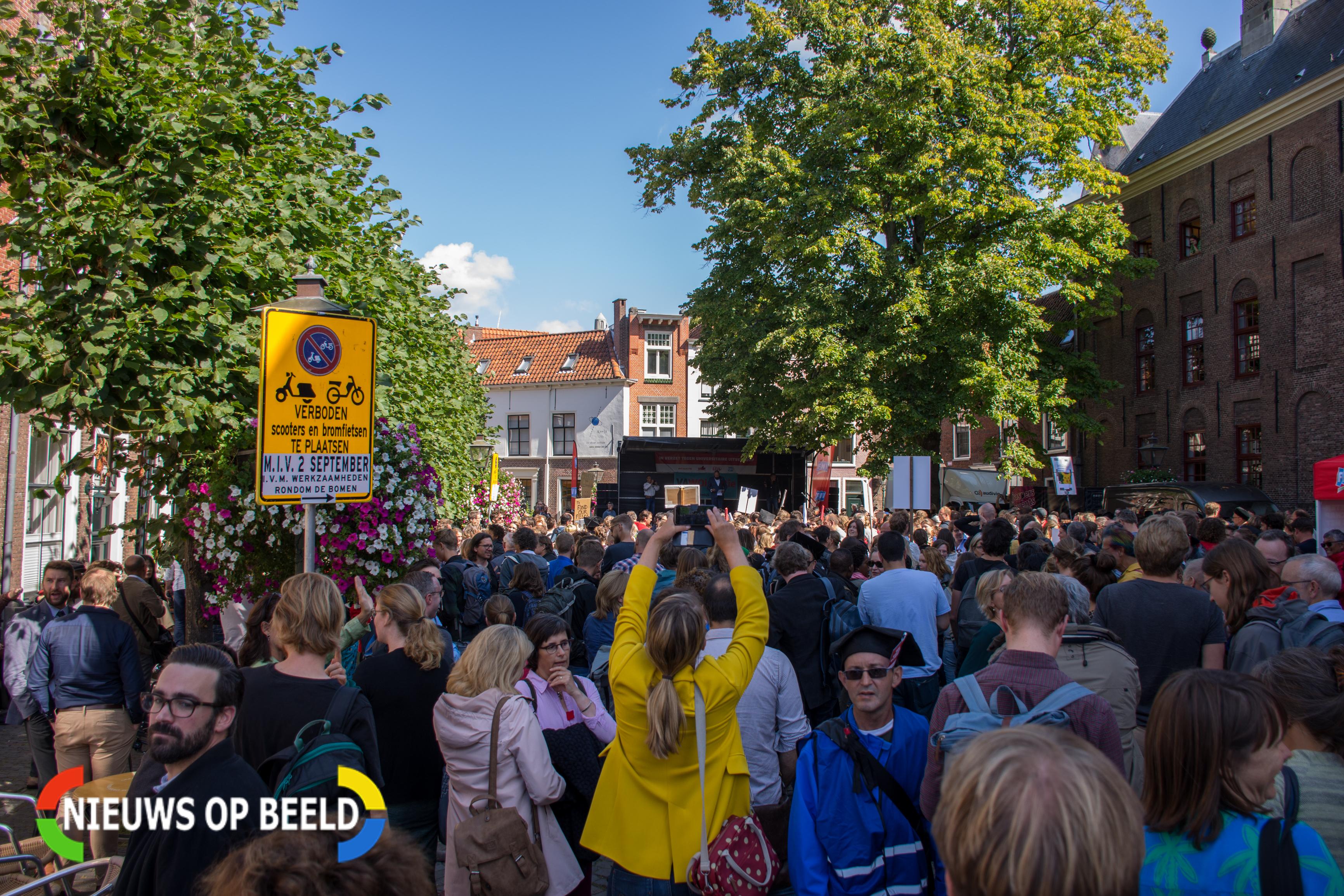 Academici protesteren tijdens opening nieuwe studiejaar in Leiden