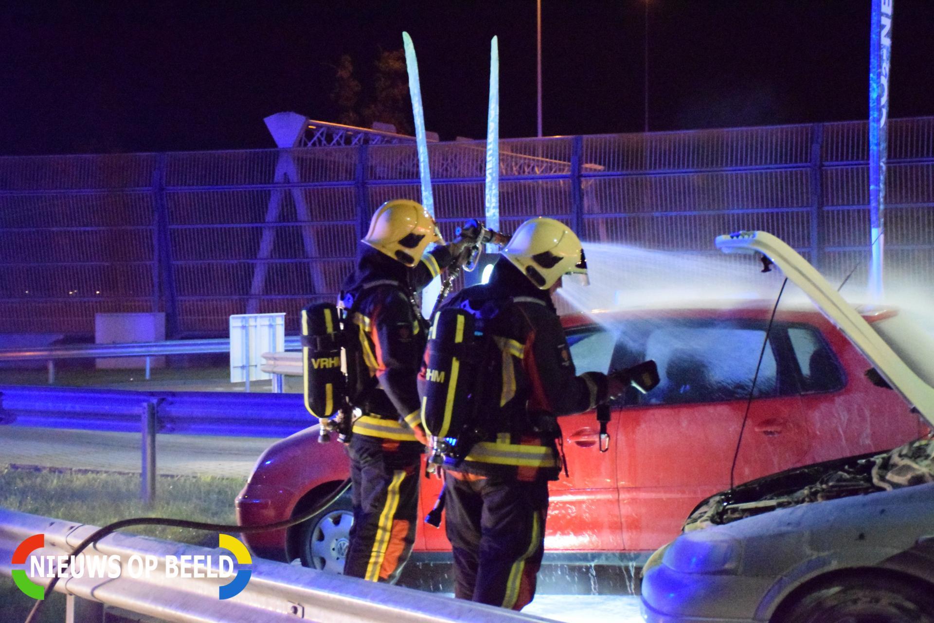 Omstanders blussen brandende auto De Andel Waddinxveen - Nieuws op Beeld