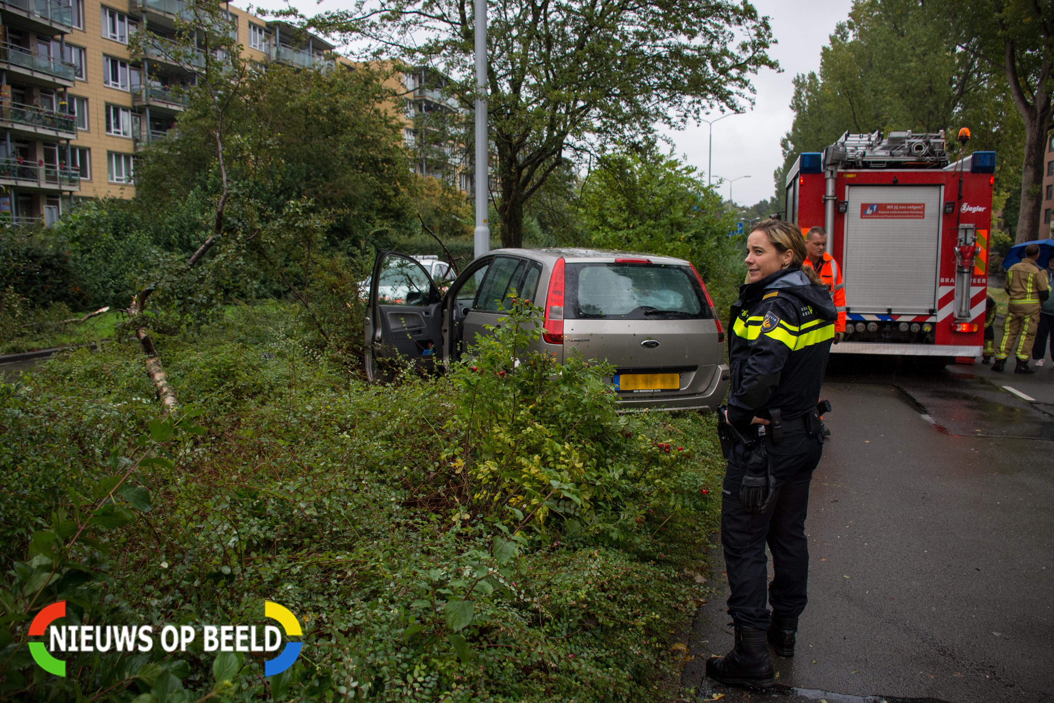 Automobiliste gewond na rammen lantaarnpaal en boom Noordsingel Leidschendam
