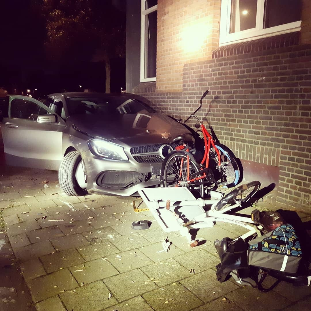 Automobilist crasht na achtervolging in Rotterdam Delfshaven