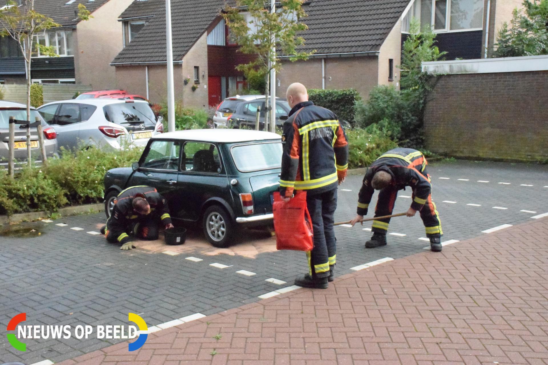 Mini Cooper lekt brandstof op parkeerplaats Wilgenhorst Waddinxveen