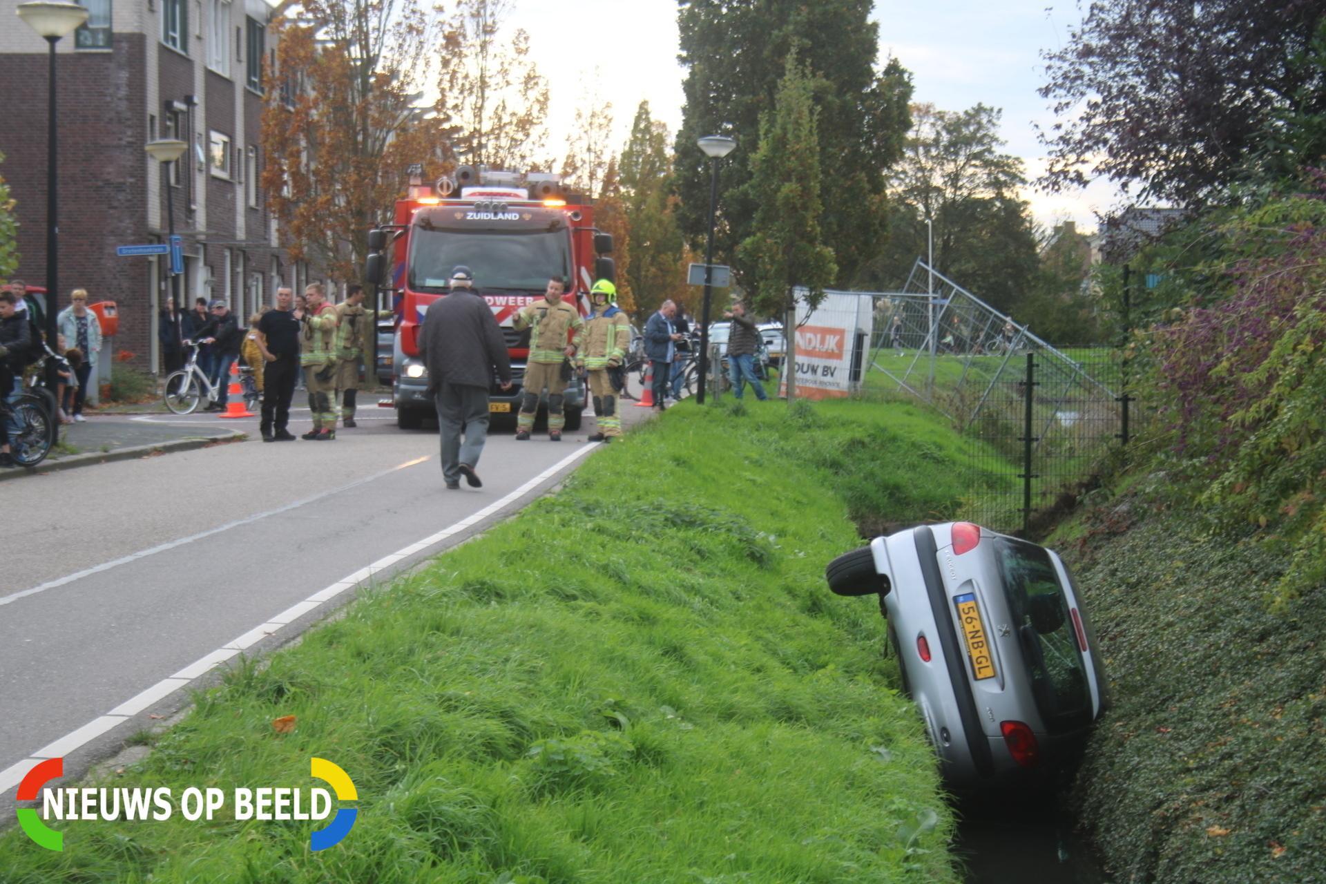 Auto in de sloot na onwelwording Beeldsweg Zuidland