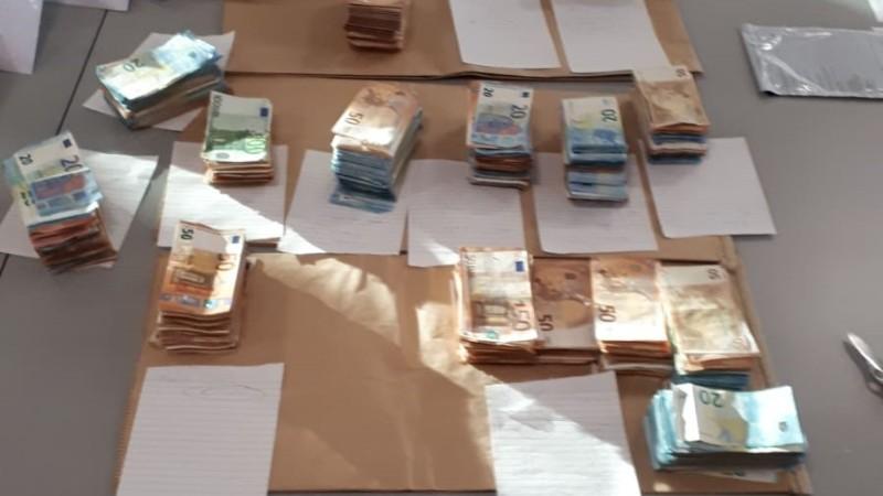 Politie vindt 160.000 euro in verborgen ruimte in auto in Hendrik-Ido-Ambacht