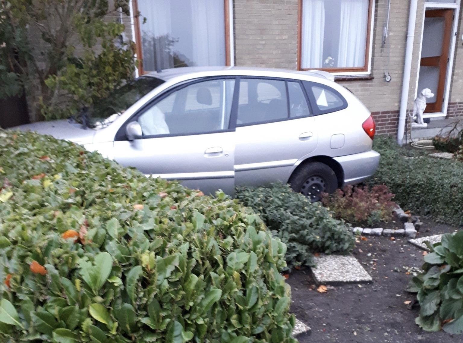 Auto rijdt van dijk en komt in tuin tot stilstand IJsseldijk-Noord Ouderkerk aan den IJssel