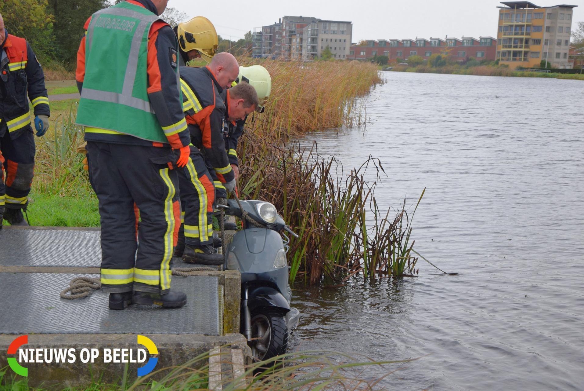 Vissers vinden scooter in sloot Grotiuslaan Leiderdorp