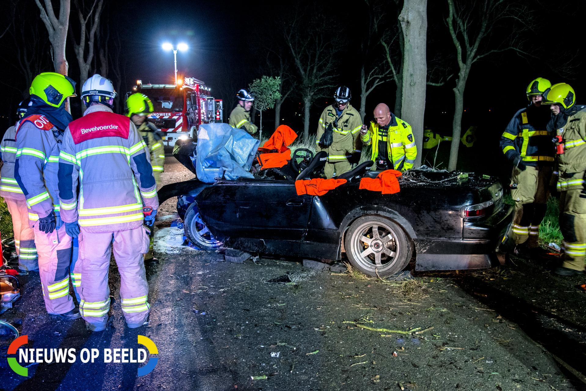 Zwaargewonde na eenzijdige botsing tegen boom Beijerlandschedijk Westzijde Klaaswaal