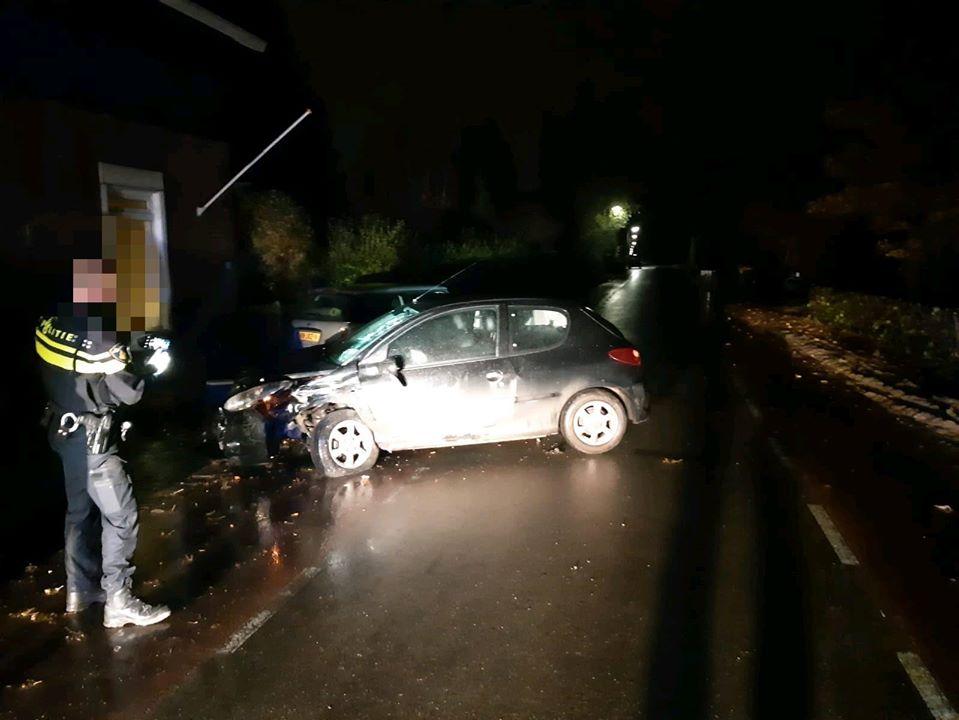 Automobilist ramt geparkeerde auto's in Hoeksche Waard
