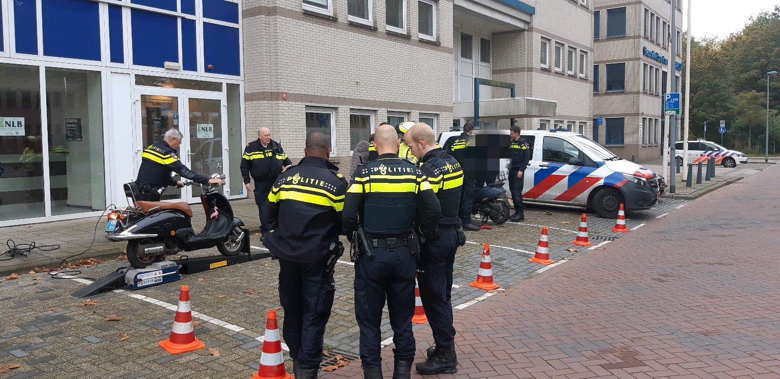 Bestuurders van scooter het haasje bij controle Hoofdweg Rotterdam