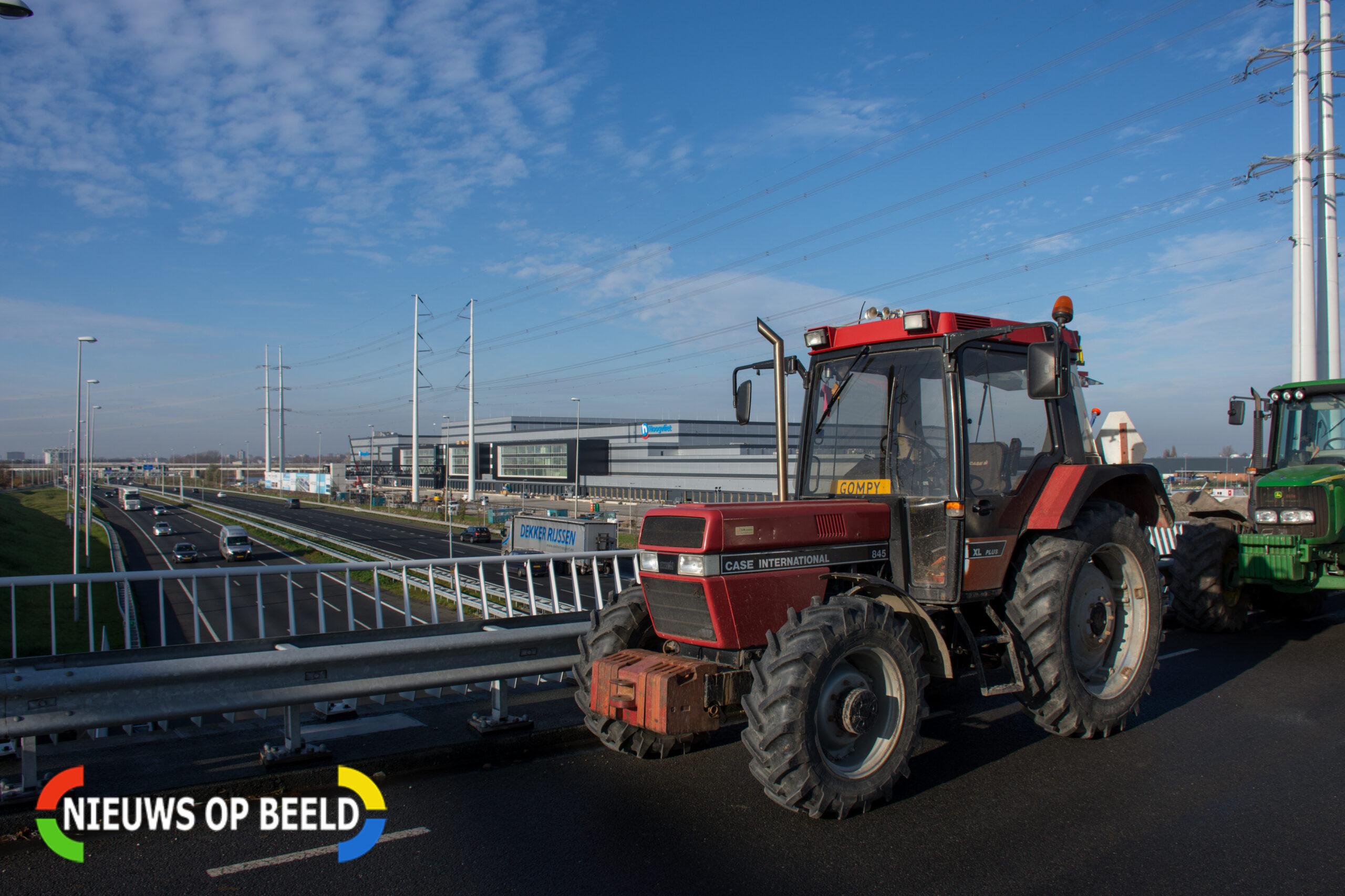 Boeren demonstreren langs snelwegen in regio