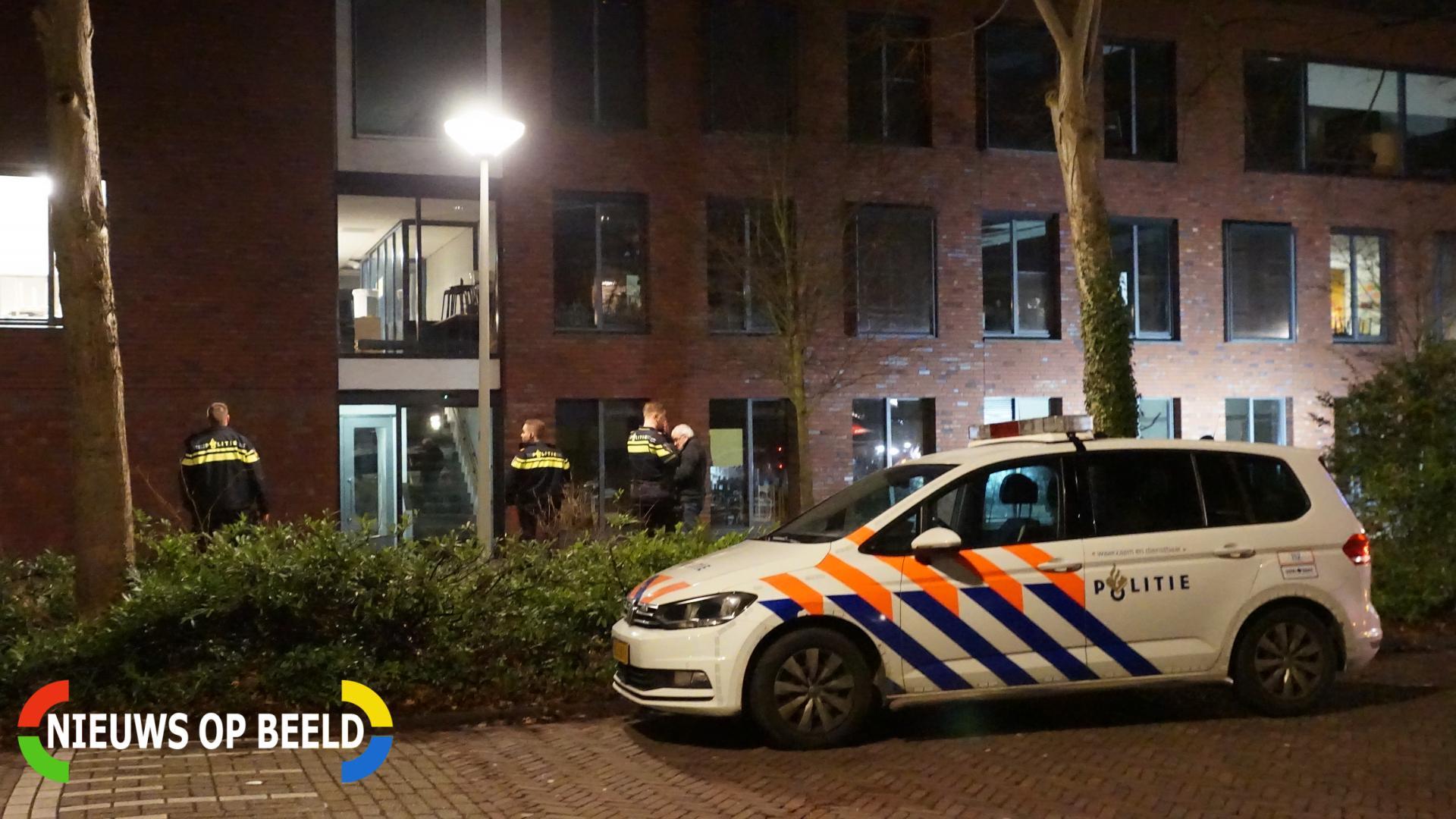 Politie doorzoekt school na melding verdachte situatie Van Vollenhovekade Leiden