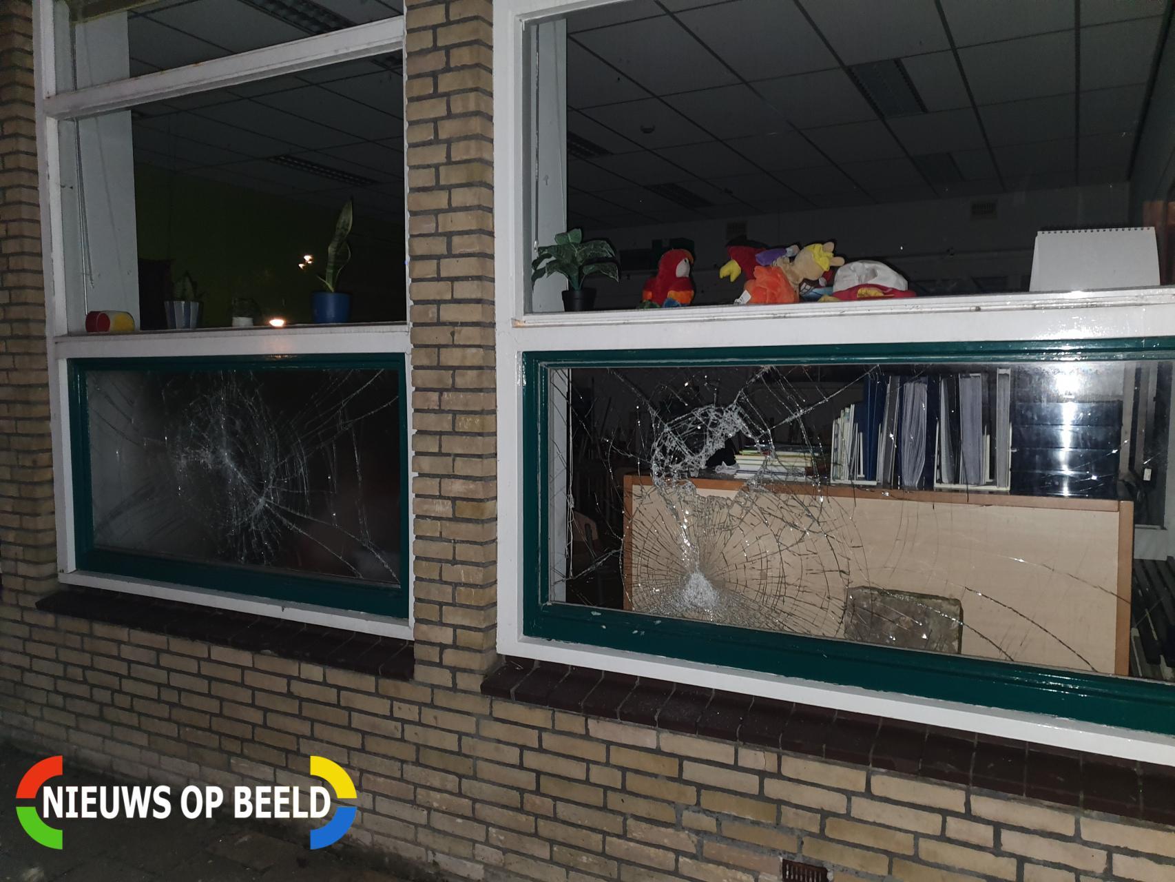 Vandalen slopen drie ruiten van schoolgebouw Fahrenheitstraat Schiedam