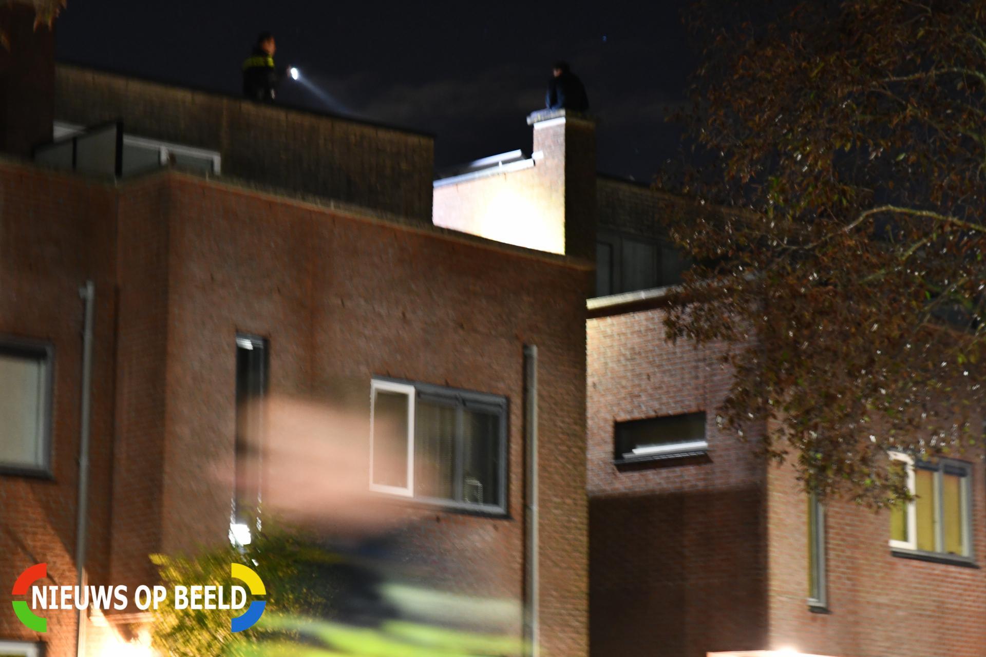 Verwarde man zit op schoorsteen Rondostraat Hellevoetsluis