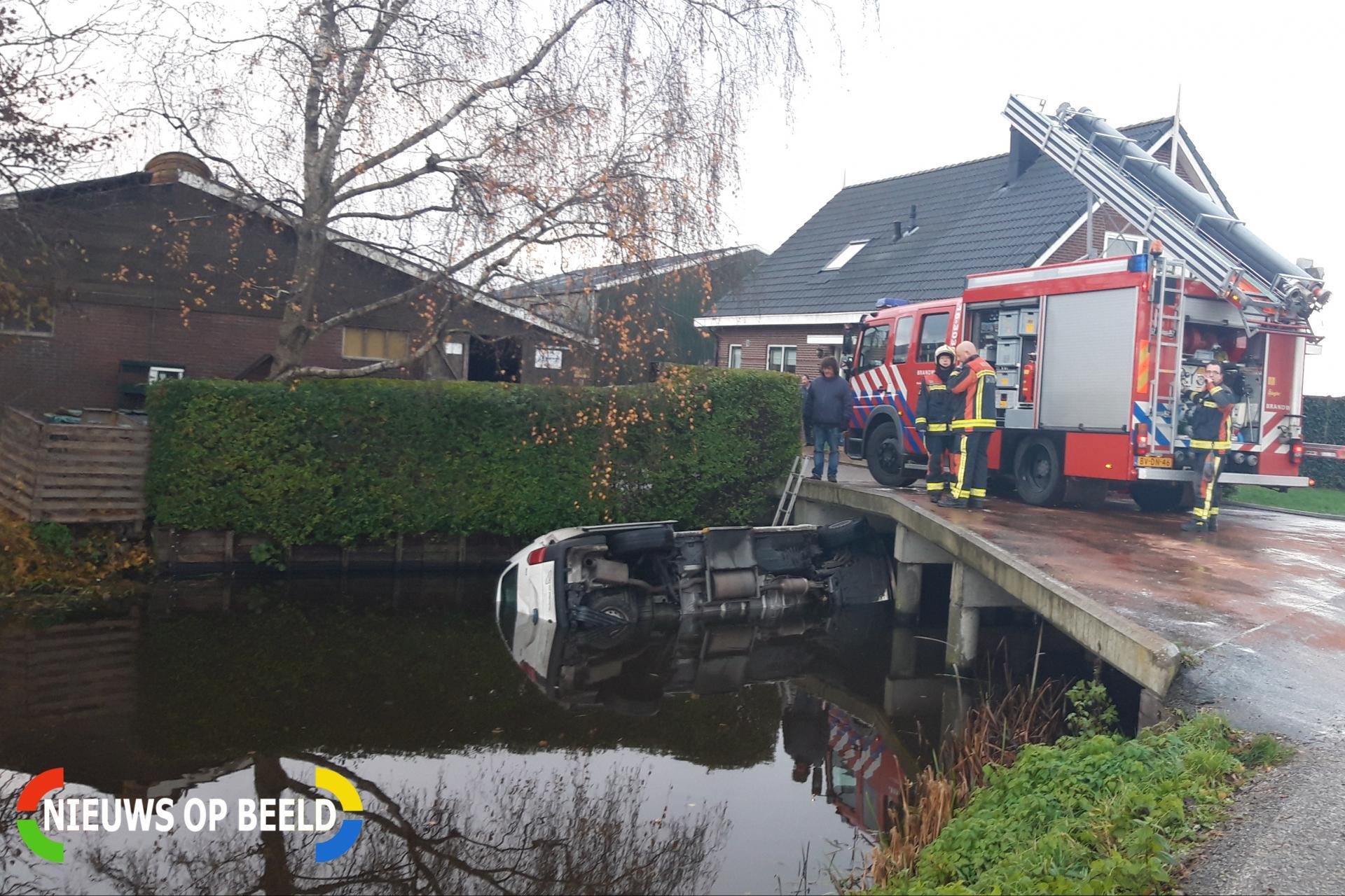 Taxibus met zes kinderen te water Oud Bodegraafseweg Bodegraven