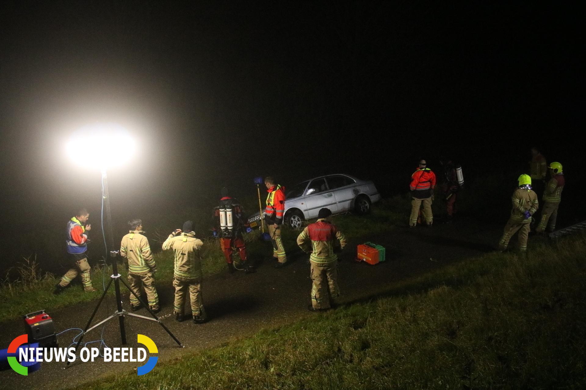 Auto raakt van dijk, brandweer doorzoekt sloot Biertsedijk Simonshaven