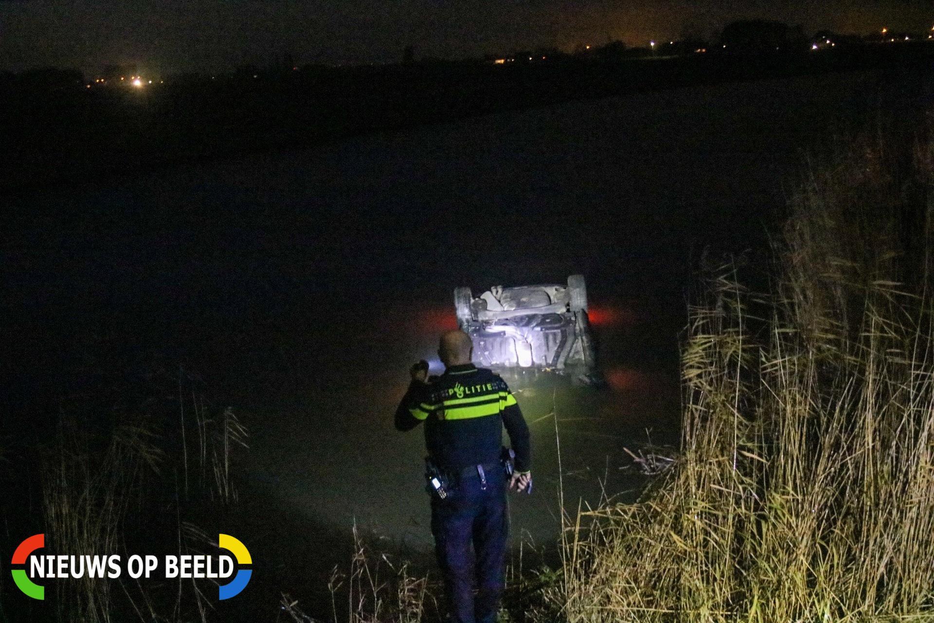 Personenauto slaat over de kop en belandt in sloot na inhaalactie Scheijdelveweg Zuidland